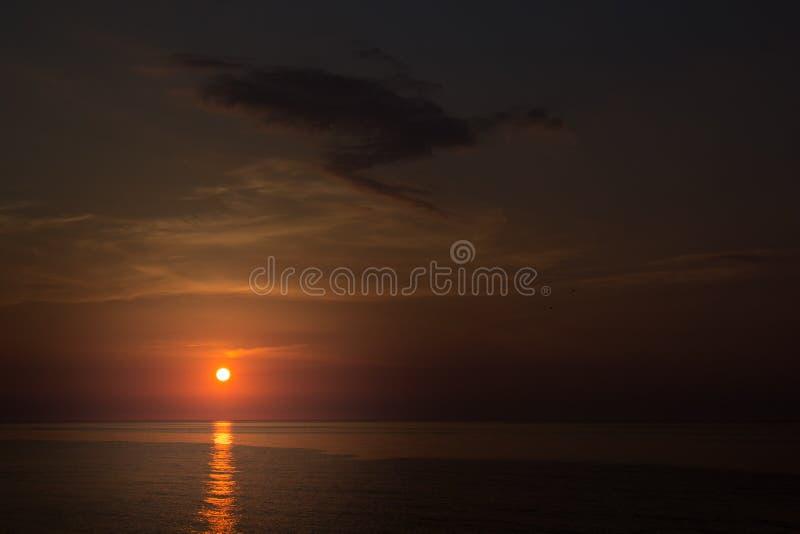 与太阳的早晨天空在日出的海 库存照片