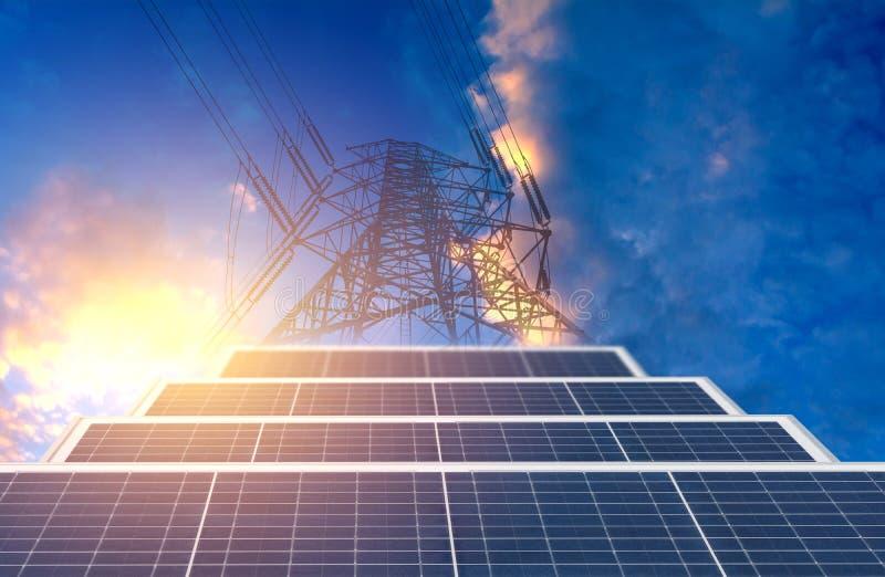 与太阳能电池的高压杆在ene的蓝天背景 库存照片