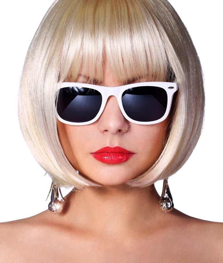 与太阳镜的时尚白肤金发的模型。迷人的少妇 免版税图库摄影