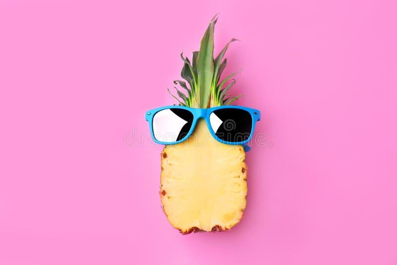 与太阳镜的滑稽的菠萝 图库摄影