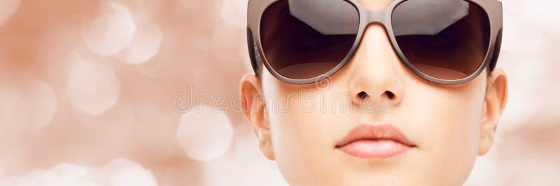 与太阳镜的年轻时装模特儿 免版税图库摄影