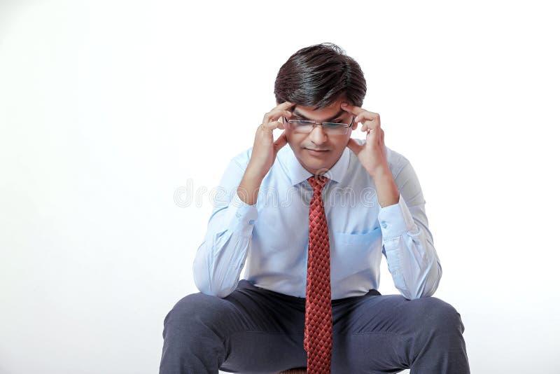 与头疼的年轻印地安商人在白色背景 免版税库存照片