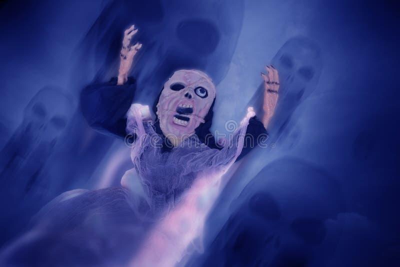 与头骨奴才的鬼魂恶梦万圣夜背景的 免版税图库摄影