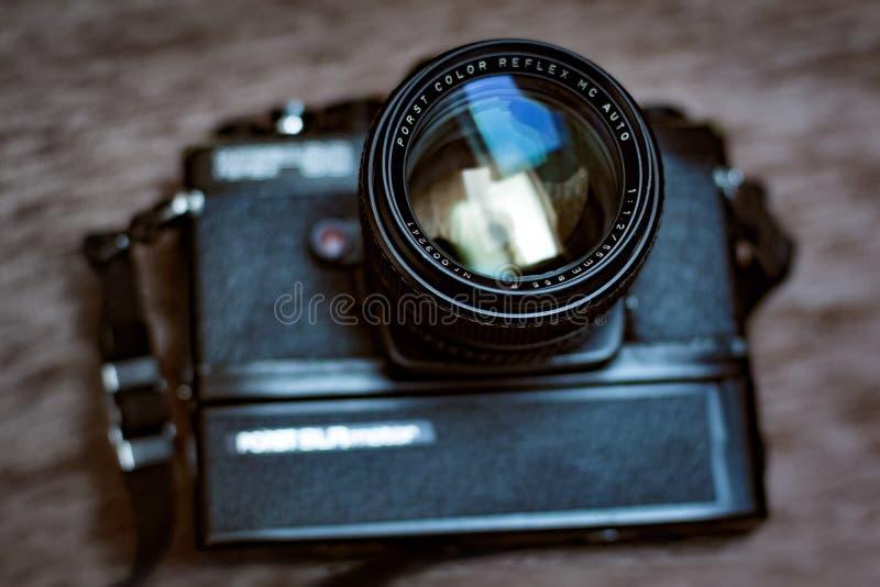 与夹子的减速火箭的slr照相机和斋戒50mm透镜 库存照片