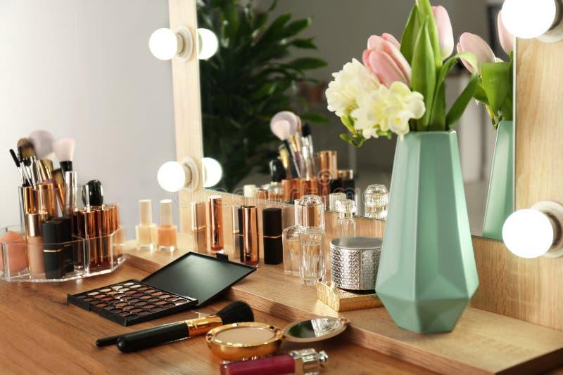 与套的梳妆台豪华化妆品 免版税库存图片