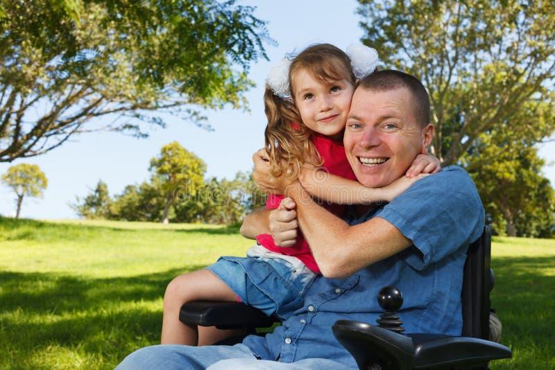 与女儿的残疾爸爸戏剧 库存图片