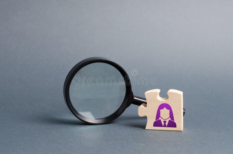 与女商人标志和放大镜的难题 查寻在总图或战略的一个新的employeeor元素 图库摄影