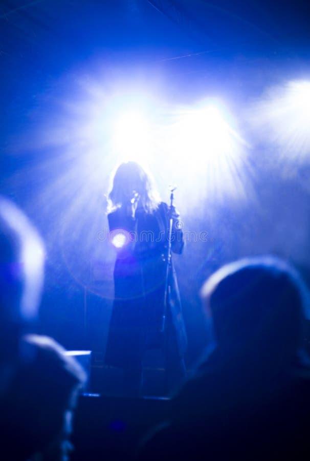 与女孩唱歌的模糊的照片 免版税图库摄影