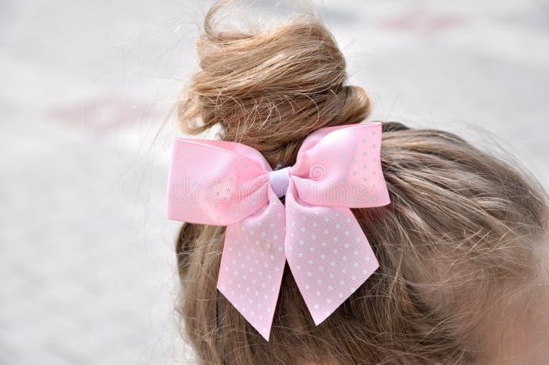 与女孩弓的发型 免版税库存图片