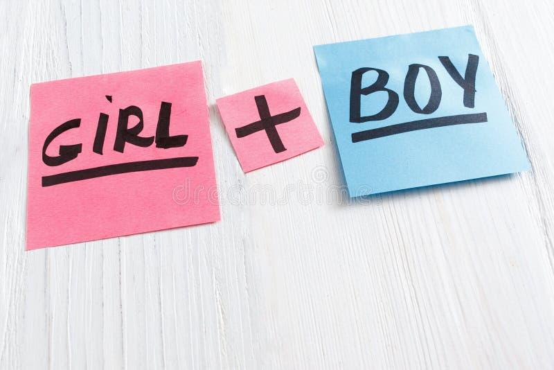 与女孩的桃红色和蓝色贴纸加上男孩发短信 图库摄影