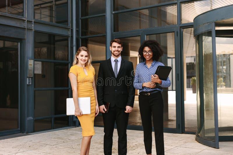 与女性同事的商人公司办公室大厦的 免版税库存图片