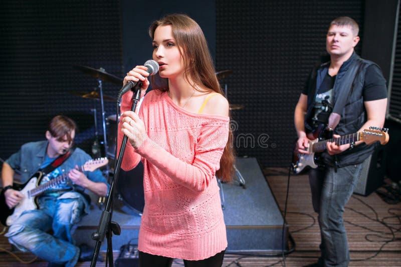 与女性独奏者表现的音乐带 免版税图库摄影