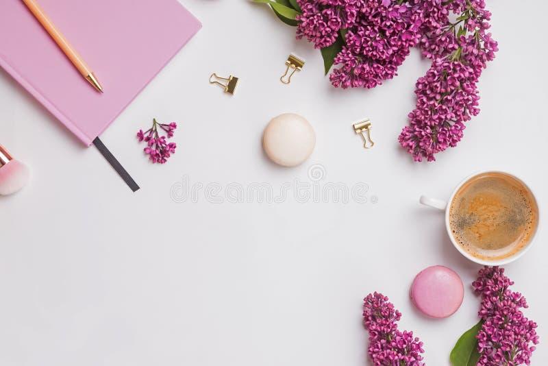 与女性辅助部件、美丽的淡紫色花、咖啡和macarons的创造性的构成 免版税图库摄影