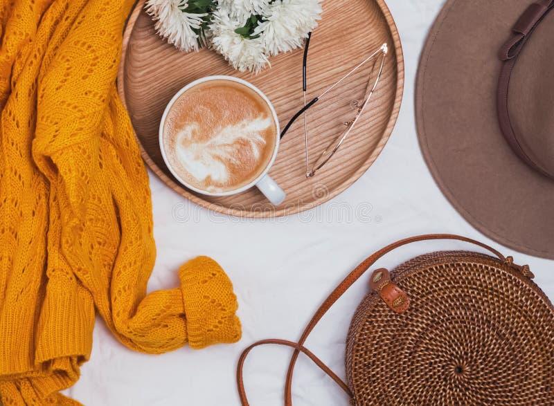 与女性辅助部件的平的位置:毛线衣、帽子、袋子和玻璃 免版税图库摄影