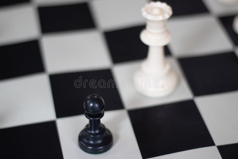 与女王/王后和典当,中局的棋位置 免版税图库摄影