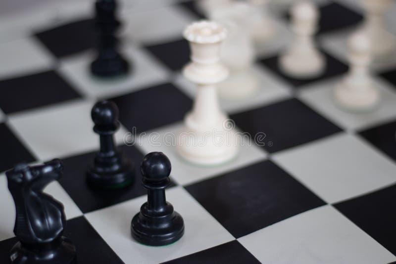 与女王/王后和典当,中局的棋位置 免版税库存照片