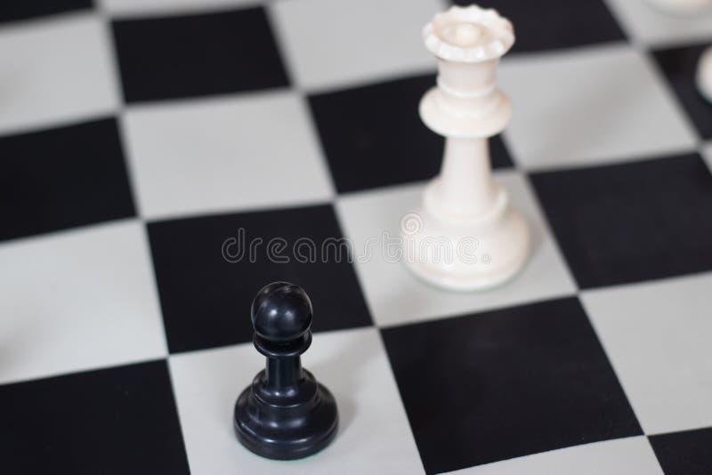 与女王/王后和典当,中局的棋位置 库存照片