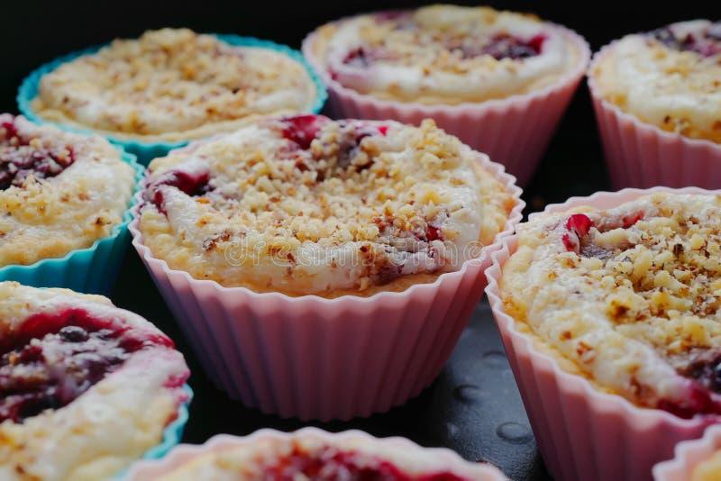与奶油、莓果和坚果面包屑的鲜美松饼 免版税库存图片