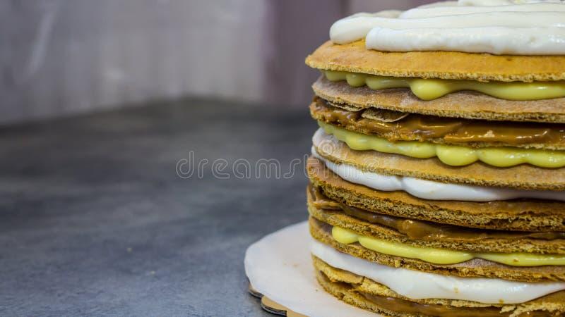 与奶油不同的饼,在过程中 库存照片