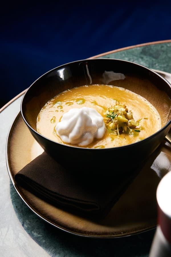 与奶油和南瓜籽的南瓜奶油色汤 免版税库存照片