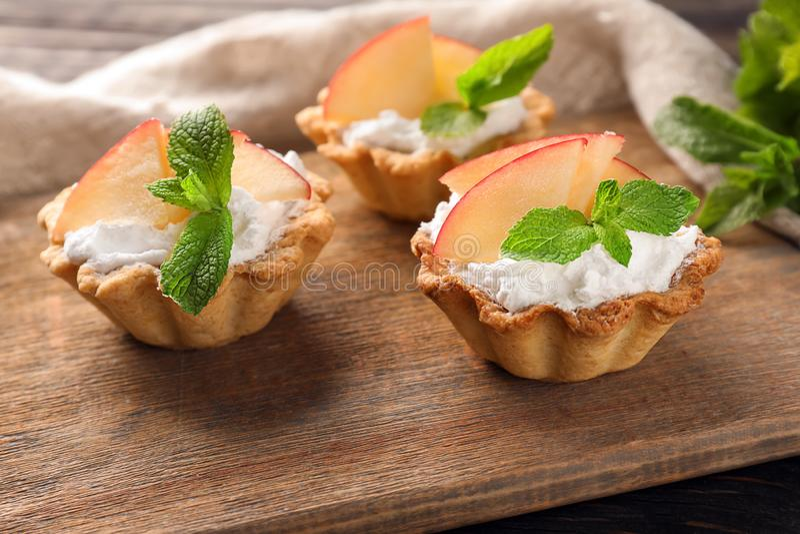 与奶油和果子的可口果子馅饼在木板 库存图片