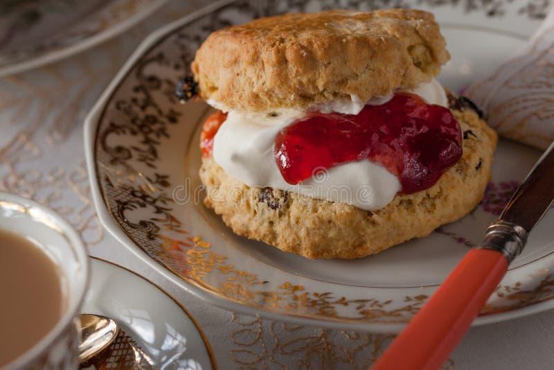 与奶油和果酱的烤饼 免版税库存图片