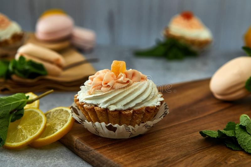 与奶油和柠檬的蛋糕篮子 库存照片