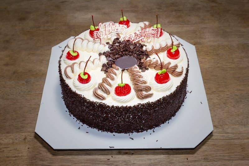 与奶油和红色樱桃的生日蛋糕 图库摄影