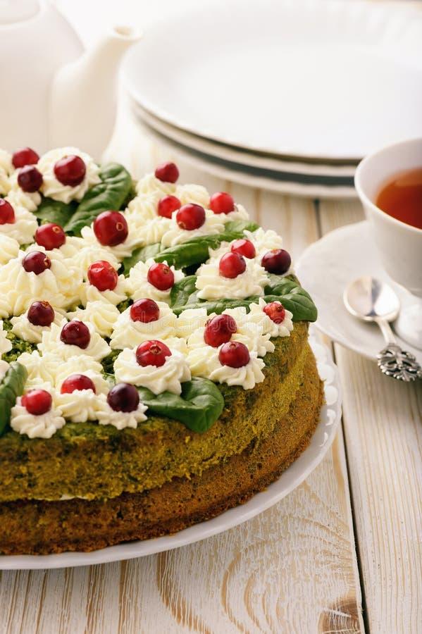 与奶油和蔓越桔的菠菜蛋糕 图库摄影