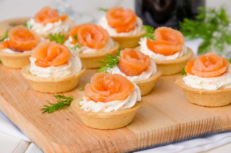 与奶油奶酪、熏制鲑鱼和莳萝的欢乐果子馅饼 图库摄影