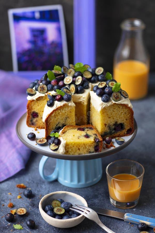 与奶油奶酪结霜和蓝莓的松饼蛋糕 免版税库存图片