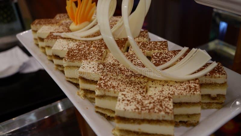 与奶油的可口蛋糕在板材 免版税库存图片