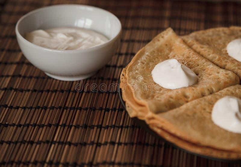 与奶油的薄煎饼在板材 免版税库存图片