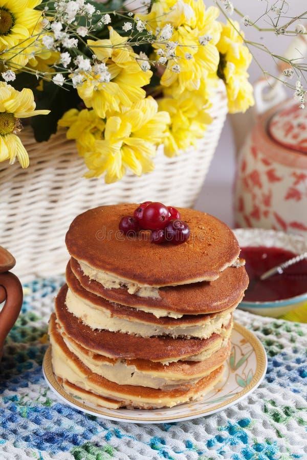 与奶油的薄煎饼蛋糕在仍然板材蔓越桔越橘 免版税库存图片