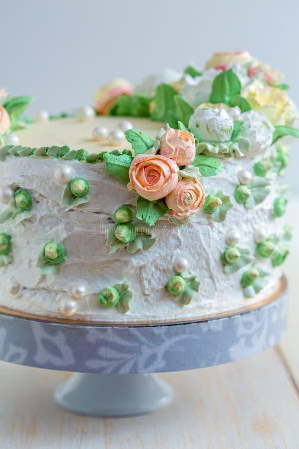 Download 与奶油色玫瑰和糖珍珠的蛋糕 库存图片. 图片 包括有 点心, 装饰, 详细资料, 上升了, 蛋糕, 生日 - 72365285
