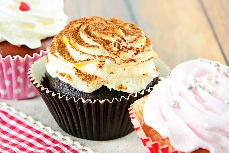 Download 与奶油,在伍迪背景的杯形蛋糕的蛋糕 库存照片. 图片 包括有 充满活力, 生日, 有阳台, 颜色, 射击 - 62528940