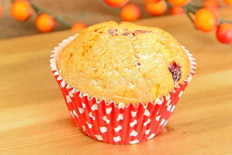 Download 与奶油,在木背景的杯形蛋糕的蛋糕 库存照片. 图片 包括有 图象, 剪切, 充满活力, 巧克力, 松饼, 颜色 - 62529848