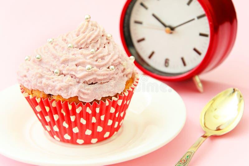 Download 与奶油,在桃红色背景的杯形蛋糕的蛋糕 库存照片. 图片 包括有 当事人, 结冰, 充满活力, 庆祝, 华丽 - 62529956