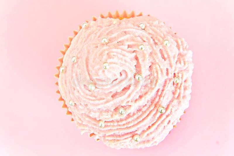 Download 与奶油,在桃红色背景的杯形蛋糕的蛋糕 库存照片. 图片 包括有 华丽, 背包, 点心, 巧克力, 充满活力 - 62529964