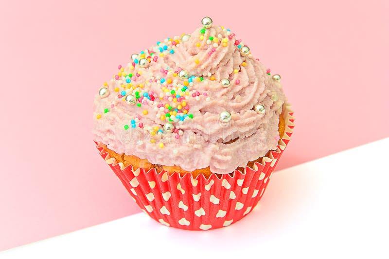 Download 与奶油,在桃红色背景的杯形蛋糕的蛋糕 库存图片. 图片 包括有 当事人, 节假日, 生日, 食物, 空白 - 62529997