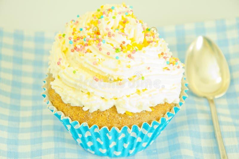 Download 与奶油,在蓝色背景的杯形蛋糕的蛋糕 库存图片. 图片 包括有 松饼, 庆祝, 粉红色, 点心, 图象, 颜色 - 62529903