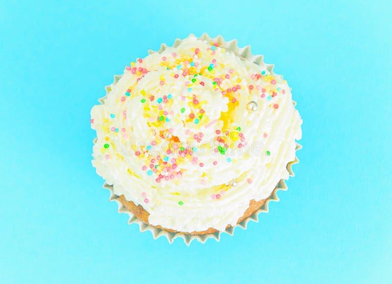 Download 与奶油,在蓝色背景的杯形蛋糕的蛋糕 库存照片. 图片 包括有 食物, 背包, 松饼, 旧货, 杯形蛋糕, 工作室 - 62529926