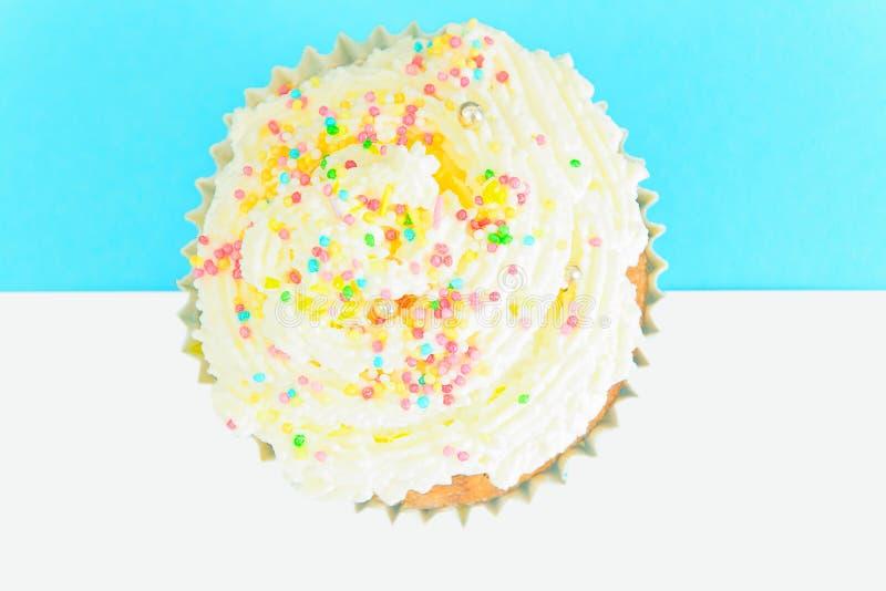 Download 与奶油,在蓝色背景的杯形蛋糕的蛋糕 库存照片. 图片 包括有 射击, 生日, 粉红色, 细菌学, 当事人 - 62529928