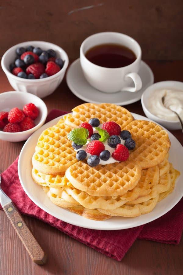 与奶油fraiche和莓果的奶蛋烘饼早餐 免版税图库摄影