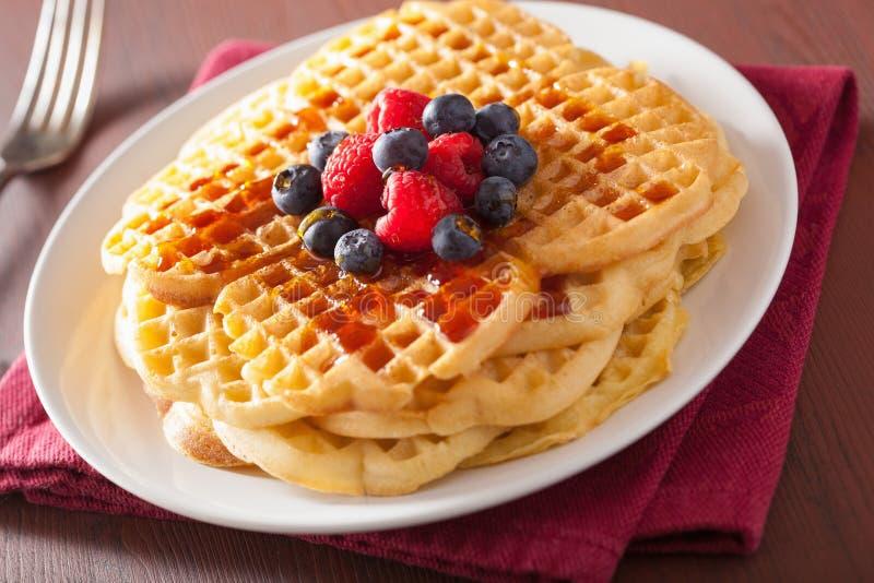与奶油fraiche和莓果的奶蛋烘饼早餐 免版税库存照片