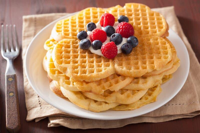 与奶油fraiche和莓果的奶蛋烘饼早餐 免版税库存图片