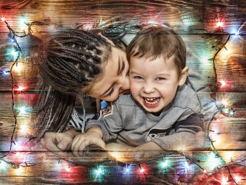 与她的儿子的深色皮肤的母亲戏剧 日母亲s 免版税图库摄影