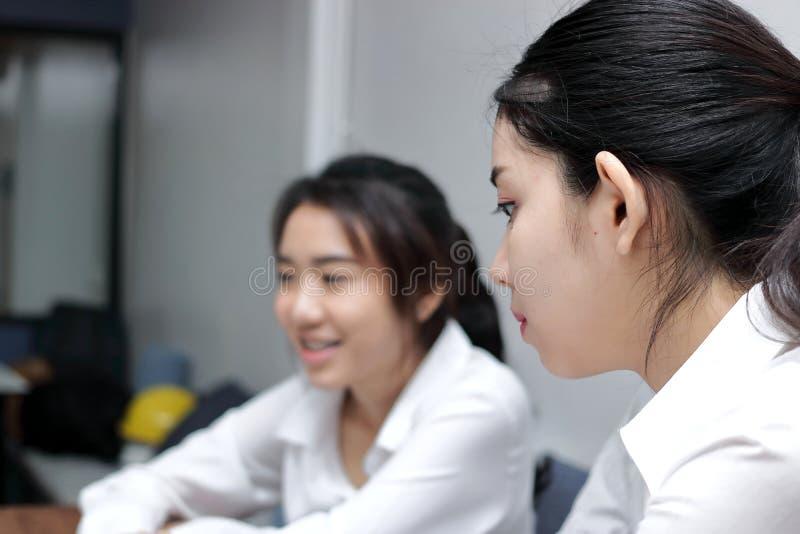 与她的同事的羡慕年轻亚洲女商人冲突在办公室 危机和交锋企业概念 免版税库存图片