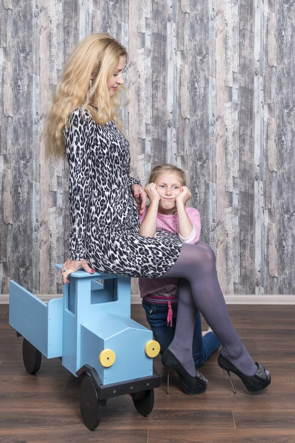 与她的女儿汽车的母亲戏剧 免版税库存图片