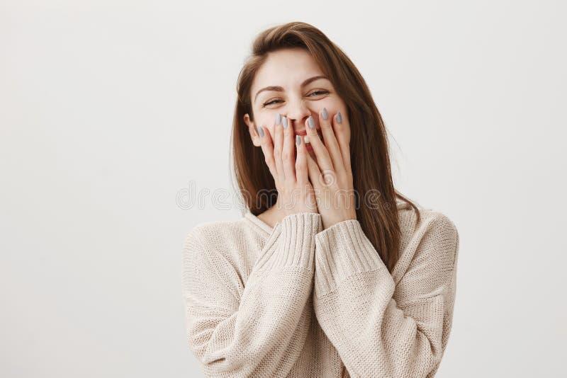 与她的工友的有吸引力的钉子大师笑,当没有客户时 感情华美的女性覆盖物画象  免版税库存图片